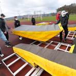 Viele Helfer sorgen dafür, dass die top-moderne Stabhochsprunganlage der TSG Wehrheim innerhalb von zwei Stunden wieder aufgebaut ist. Foto: kie