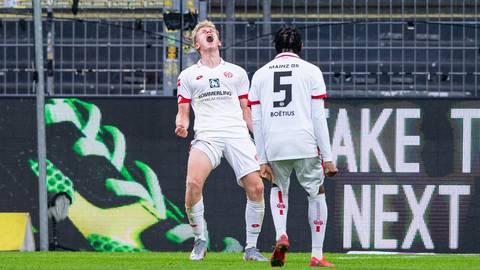 Der Mainzer Torschütze Jonathan Burkardt (l) bejubelt sein Tor zum 0:1 mit dem Mainzer Jean-Paul Boetius. Foto: dpa