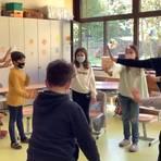 """Eine Lehrerin (links) und die externe Trainerin bringen den Kindern bei, klar und deutlich """"Nein!"""" zu sagen. Foto: GS Heidesheim"""
