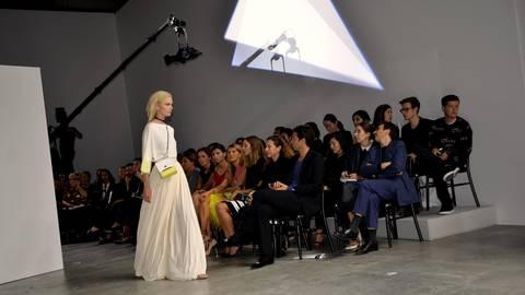 """Die Vionnet-Show ist ein Erfolg, die """"fließenden"""" Kleider in Weiß gefallen. Foto: Anja Kossiwakis"""
