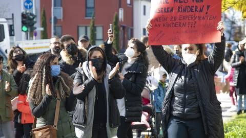 In Rüsselsheim haben rund 120 Eltern gegen die Testpflicht für Schüler, die am Präsenzunterricht teilnehmen, protestiert. Foto: Vollformat/Volker Dziemballa