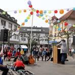 Zur Kundgebung des DGB-Ortsverbands Groß-Gerau mit Mairednerin Ulrike Obermayr kommen 120 Menschen auf den Sandböhlplatz. Foto: Vollformat/Frank Möllenberg