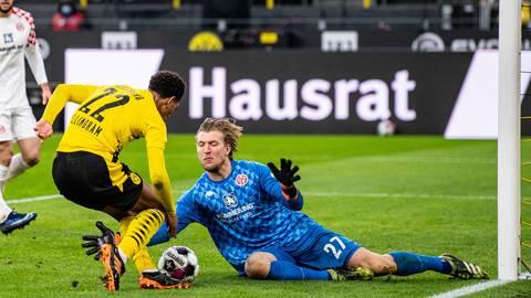 Mainz-05-Torwart Robin Zentner wirft sich Dortmunds Jude Bellingham in den Weg. Foto: dpa