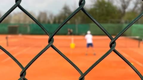 Derzeit Realität auf den heimischen Tennisplätzen: Training nur zu zweit, alle anderen müssen draußen bleiben. Foto: Lena Wagner