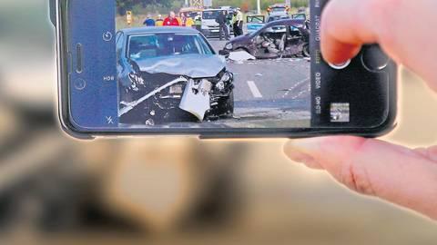Wer aus Sensationsgier Unfallopfer fotografiert, muss seit Anfang des Jahres mit einer harten Strafe rechnen.  Foto: Sascha Kopp / VRM