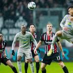 Hertha-Stürmer Davie Selke (rechts) köpft, es sehen zu Gelson Fernandes, Dodi Lukebakio, Makoto Hasebe und Martin Hinteregger (v.l.n.r.).  Foto: dpa