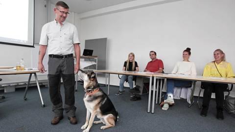 """Kursleiter Stefan Weisbach (hier mit Hündin Fine) leitet das Volkshochschulangebot """"Erst der Kurs, dann der Hund"""", das in Kooperation mit dem Tierheim stattfindet. Foto: hbz/Judith Wallerius"""