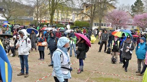 Gegner der Corona-Maßnahmen versammelten sich im Bensheimer Kronepark. Hielt sich eine Person alleine im Quadrat auf, durfte sie die Maske abnehmen.  Foto: Dagmar Jährling