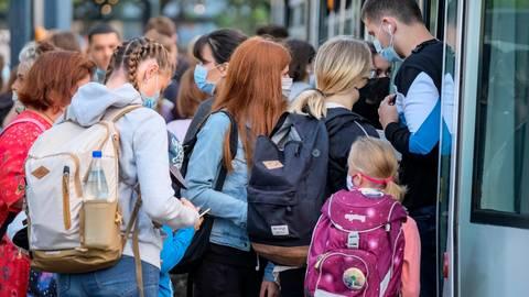 Trotz Maskenpflicht und Hygienemaßnahmen gelten Schulbusse als mögliche Hotspots für Corona-Infektionen. Archivfoto: Sascha Kopp