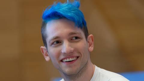 Mit seinen blauen Haaren und seinem forschen Auftreten polarisiert der YouTuber Rezo nicht zum ersten Mal. Foto: dpa