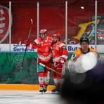 Bad Nauheims Cason Hohmann und Christoph Körner (von rechts) bejubeln den 1:0-Führungstreffer im Heimspiel gegen Ravensburg. Foto: Chuc