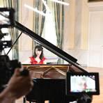Atemberaubend brillant: Die amerikanisch-chinesische Pianistin Claire Huangci spielt im Spiegelsaal von Schloss Johannisberg Beethovens 6. Sinfonie in der Bearbeitung von Franz Liszt. Foto: Ansgar Klostermann