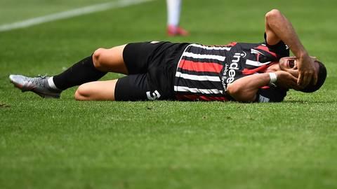 Andre Silva von der Eintracht Frankfurt liegt verletzt auf dem Rasen. Foto: Jan Huebner/Pool