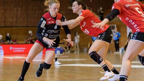 HSG-Spielerin Leonie Kockel (links) im Duell mit Leonie Patorra (SG BBM Bietigheim). In die Halle können die Bergsträßerinnen aufgrund der erneuten Quarantäne vorerst nicht zurück. Foto: Marco Wolf