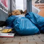 Illegale Müllablagerungen, wie hier an einem Glascontainer in Rimbach, bereiten auch im Weschnitztal Probleme. Archivfoto: Sascha Lotz