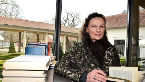 Beatrix van Ooyen veranstaltet die Ernst-Ludwig-Buchmesse, die an diesem Wochenende in die Bad Nauheimer Trinkkuranlage lockt.   Foto: Ihm-Fahle