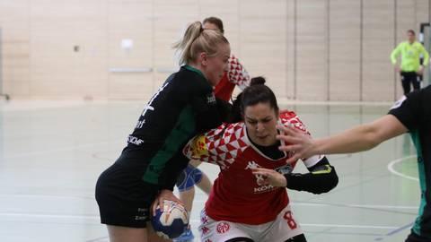 Starkes Comeback nach längerer Verletzungspause: Sophia Michailidis (rechts) setzt  sich am Kreis ein ums andere mal durch und erzielt insgesamt vier Tore. Foto: Mainz 05/Axel Kretschmer