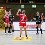 Lisa Friedberger (vorne) erzielte zwar erneut die meisten Tore für Bensheim/Auerbach, alles in allem riss der HSG-Angriff aber zu wenig Lücken in der Gäste-Deckung auf.  Foto: Andrea Müller