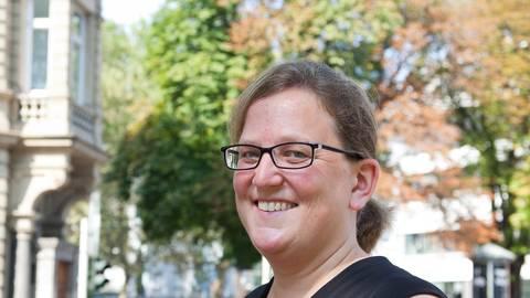 Bleibt auch bei schwierigen Fragen freundlich: Pfarrerin Dorothea Gauland. Foto: hbz / Judith Wallerius