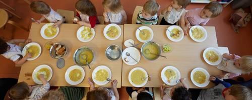 140 Mittagessen werden täglich in Niddas Kindergärten angeliefert. Ab Februar übernimmt dies die Behindertenhilfe Wetteraukreis.  Symbolfoto: Georg Wendt/dpa