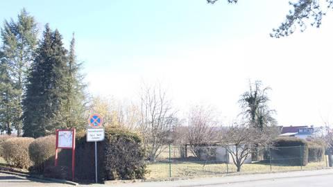 Um dieses Grundstück geht es: Das Gelände rechts neben der Wißmarer Feuerwehr soll bebaut werden. Auf dem aktuellen Bebauungsplan aus den 70ern ist die Fläche zur Nutzung für Gemeinwohlbelange ausgewiesen. Foto: Jahn