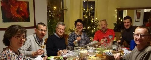 Die Jury bei der Arbeit mit Weinglas, Probenzettel und Stift. Foto: Manuel Feldmann