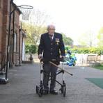Der 100-jährige Kriegsveteran Tom Moore hat fast 100 Runden mit dem Rollator durch seinen Garten geschafft und so eine Millionenspende für den staatlichen Gesundheitsdienst NHS gesammelt. Foto: dpa