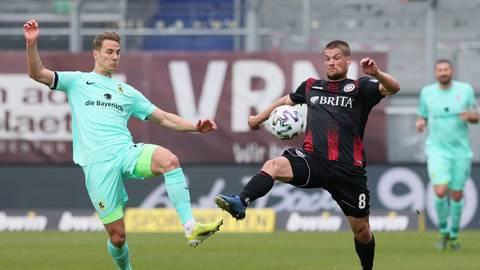 Johannes Wurtz vom SV Wehen Wiesbaden im Duell mit Dennis Dressel vom TSV 1860 München. Foto: Foto-Halisch
