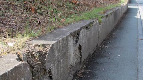 Die Tage der maroden Mauer in der Grabenstraße in Erda sind gezählt.  Foto: Gert Heiland