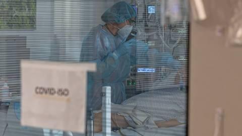 Eine Pflegerin versorgt auf einer Intensivstation einen Corona-Patienten. Foto: dpa