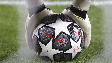 Ein Torwart wärmt sich mit dem offiziellen Spielball der Champions League auf.  Foto: dpa