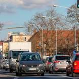 Viel Verkehr auf der Kreuzung Eschollbrücker Straße/Haardtring sorgt für Lärm und schlechte Luft. Foto: Guido Schiek