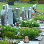 Zukünftig sollen die Grabfelder auf den Langgönser Friedhöfen wie hier in Lang-Göns weniger in Reih und Glied, sondern parkähnlicher gestaltet werden. Fotos: Rieger
