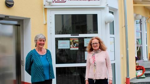 Barbara Nölle (l.) und Petra Goldack vor dem Eingang zur FBS. Foto: Wagner