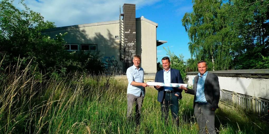 Architekt Christian Spitzner, Geschäftsführer Gade-Bau Jochen Schröder und Bürgermeister Peter Klug auf dem Gelände der Bauruine Singalumnat. Foto: Kühn