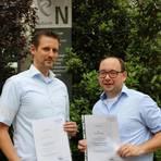 Normen Haas (li.) und Tobias Güthinger freuen sich über das Rheinland-Pfalz-Zertifikat für Hochschuldidaktik. Foto: Hochschule Worms  Foto: Hochschule Worms