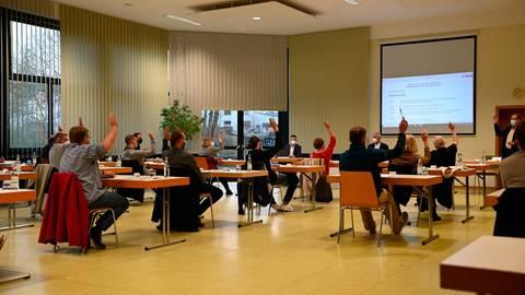 Einstimmig wählen die Gemeindevertreter am Mittwoch Roland Hörster zum Vorsitzenden der Gemeindevertretung.  Foto: Jenny Berns
