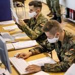 Bis zu 15.000 Bundeswehr-Soldaten können nach Angaben der Armee für Amtshilfegesuche in der Corona-Pandemie abgestellt werden – beispielsweise zut Kontaktverfolgung im Gesundheitsamt (wie hier in Berlin-Mitte). Auch der Kreis Bergstraße hat nun die Bundeswehr um Amtshilfe gebeten, bereits am Mittwoch sollen die ersten Soldaten eintreffen.  Foto: dpa