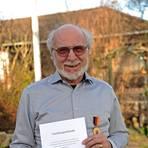 Hartmut Noffke mit der Urkunde und Verdienstmedaille des Landes. Foto: BK/Ben Pakalski