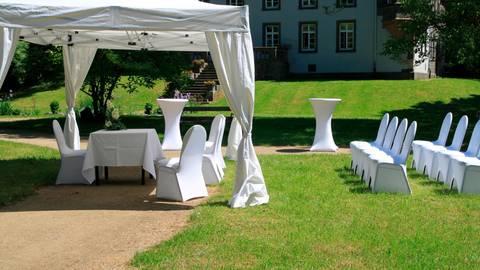 Der Busecker Schlosspark ist nicht nur nett anzusehen, sondern bietet bei der Hochzeit in Pandemie-Zeiten auch mehr Möglichkeiten, als die Trauung hinter verschlossenen Türen. Foto: Gemeinde Buseck
