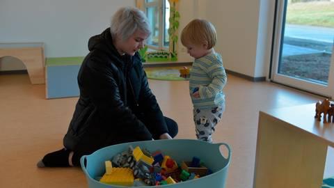 Die neue Kinderkrippe erkunden: Marcella Müller und ihr 14 Monate alter Sohn Sam Hundertmark.  Foto: Jenny Berns