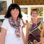"""Wisperella (links) und Alexsandra Hodgson zeigen ihre Arbeiten zum Thema """"Wald"""" bei einer Ausstellung im Gelben Saal des Bad Schwalbacher Kurhauses. Foto: wita/Martin Fromme"""