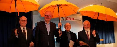 Kreisvorsitzender Thomas Schäfer (2. von links) zeichnet Manfred Vollmer (von links), Heinrich Maus und Jürgen Rehlich für langjährige CDU-Mitgliedschaft mit Nadel, Urkunde und Regenschirm aus.  Foto: Heiko Krause