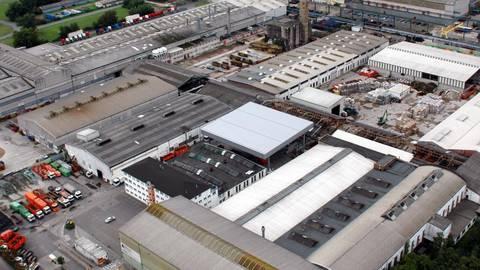 Im Ginsheim-Gustavsburger Recyclingzentrum hält die Firma Meinhardt eigens für die Mainspitze eine Anlage für die Wertstofftonne bereit, in der die Mitarbeiter händisch Pappe und Papier von Leichtverpackungen trennen. Foto: Meinhardt