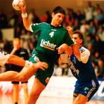 Spielt und wirft sich schnell in die Herzen der Handball-Fans in und um Dutenhofen: Thomas Michel (M.). Foto: WNZ-Archiv