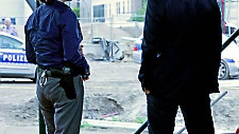 Die Kriminalhauptkommissare und Nina Rubin (Meret Becker) und Robert Karow (Mark Waschke) untersuchen den Fundort der beiden Leichen.  Foto: rbb/Volker Roloff