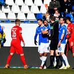 Harte Entscheidung: Immanuel Höhn (hinten) sieht im Februar 2018 gegen Heidenheim von Schiedsrichter Martin Thomsen Rot, Kapitän Aytac Sulu protestiert vehement. Archivfoto: Florian Ulrich