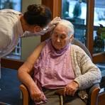 Besonderer Schutzbedarf: eine Ärztin im Gespräch mit einer Altenheimbewohnerin. Foto: dpa