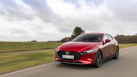 """Eingefleischte Dieselfans können sich keinen neuen Mazda3 mehr kaufen. Mit dem Skyactiv-X-Motor, einem etwas flapsig """"Diesotto"""" genannten Triebwerk, sollten sie aber dennoch auf ihre Kosten kommen. Foto: Mazda"""