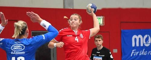 Kraftvoller Abschluss: Carina Gangel, hier im DHB-Pokal gegen den Erstligisten Bietigheim. Foto: hbz/Kristina Schäfer